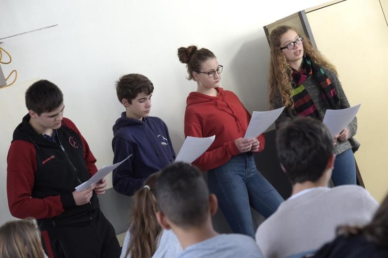 Na aula de francês da Sophie Combeau, os 3èBs estão hoje a praticar a falar em público.'exercent aujourd'hui à l'art oratoire.
