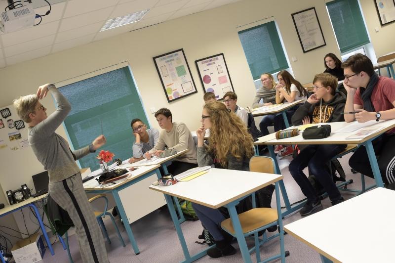 Workshop sobre a arte da fala, dirigido por Laurence Pearce, professora de inglês e oficina de teatro do colégio.'art du discours, animé par Laurence Pearce, professeur d'anglais et de l'atelier théâtre du collège.